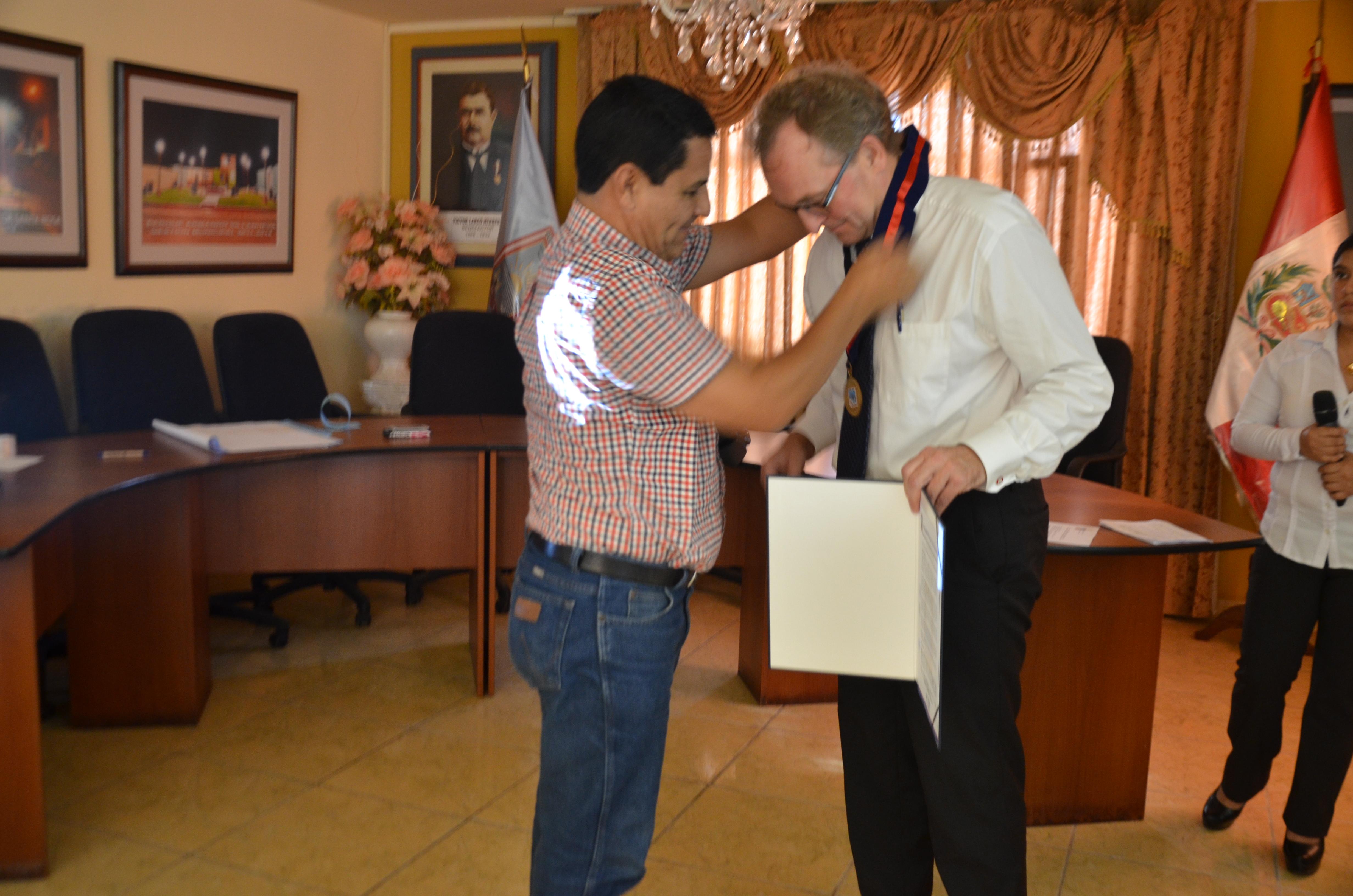 Alcalde Carlos Vásquez condecora a Embajador Alemán Jorg Ranau